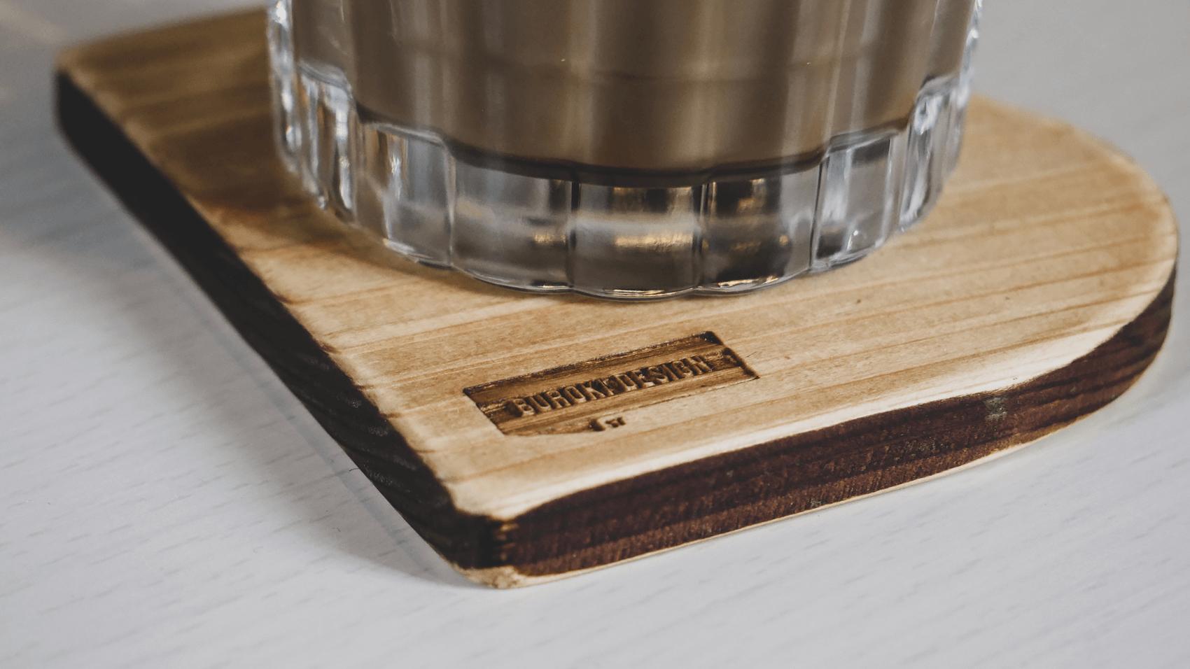 Bの木製コースターにカップを乗せてみる