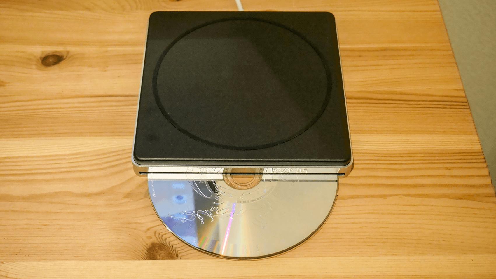 Apple USB SuperDriveからCDが吐き出される