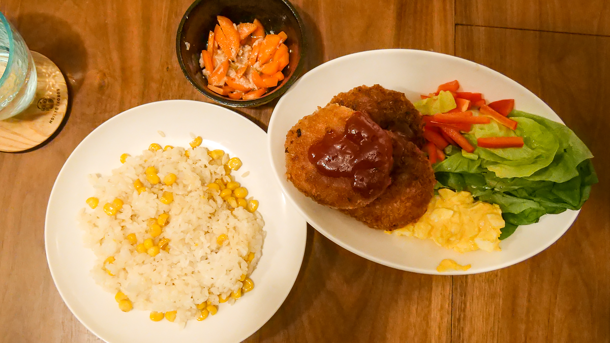 彩り野菜とキャベツメンチ