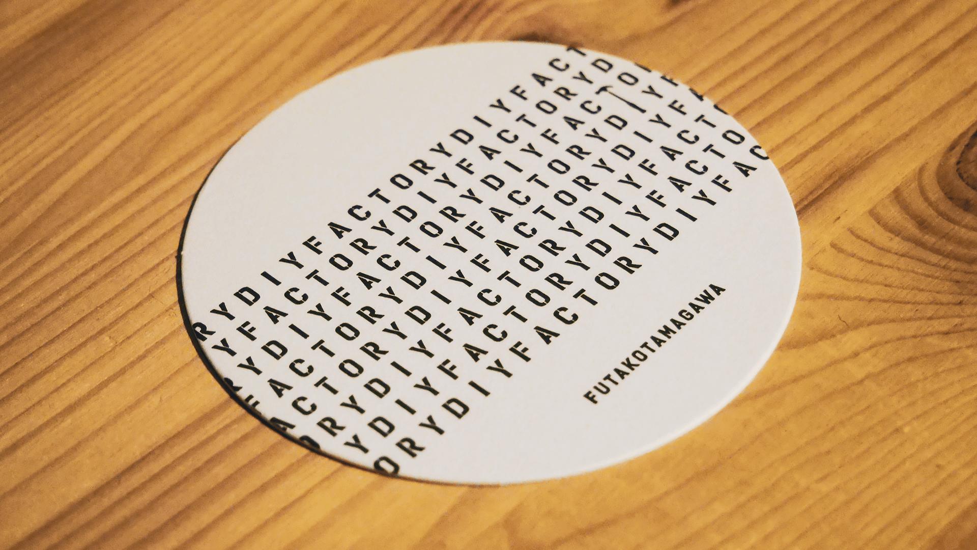 ステンシル文字を散りばめたコースター