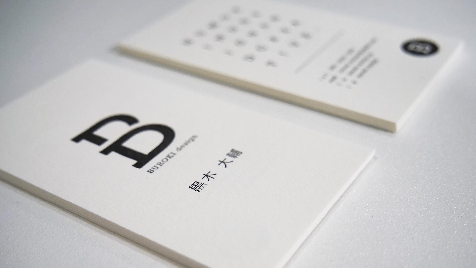 タイポグラフィを載せてシンプルな名刺デザインに。活版印刷で制作したBUROKIの名刺