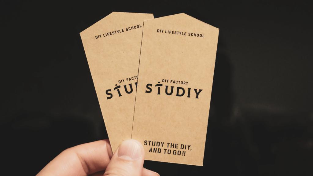 DIYショップらしくクラフト用紙を使ったショップカードデザイン