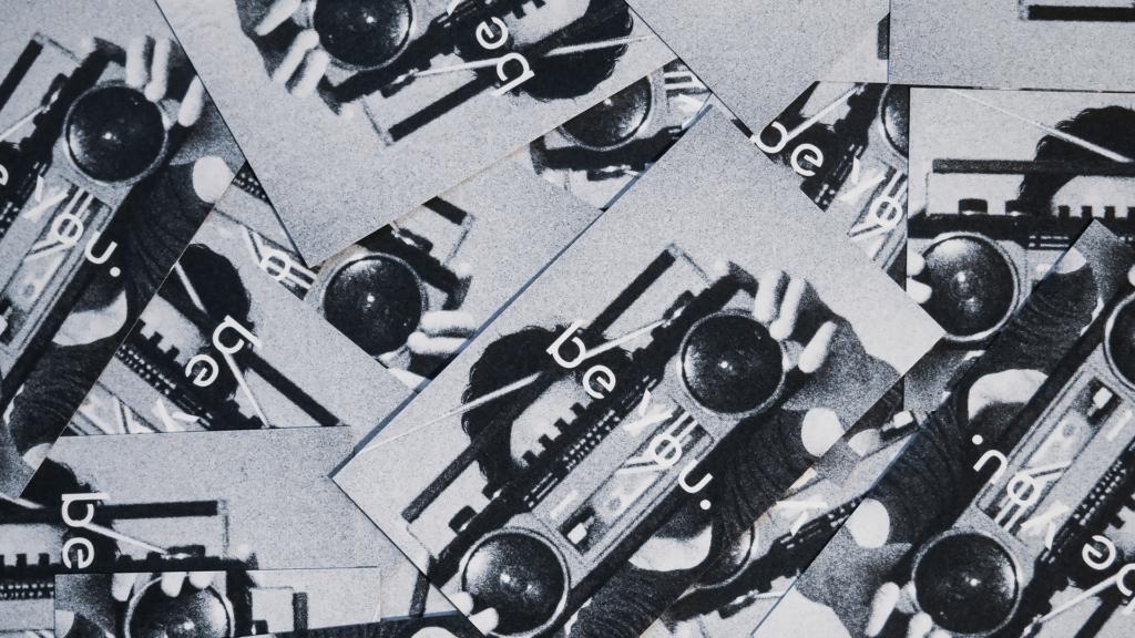 各自違う写真でらしさを表現したベンチャー企業の名刺デザイン