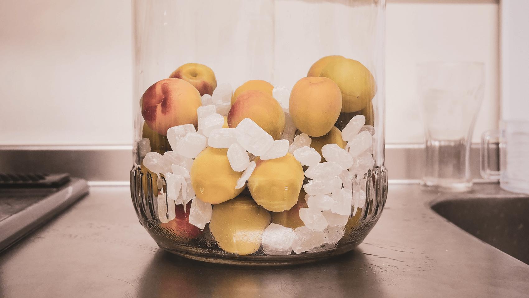 梅と氷砂糖を瓶に交互に入れる