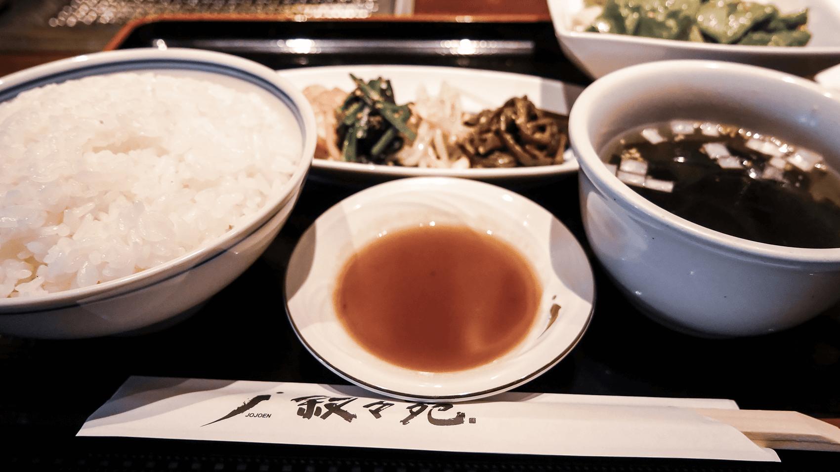 ご飯やサラダ、スープ