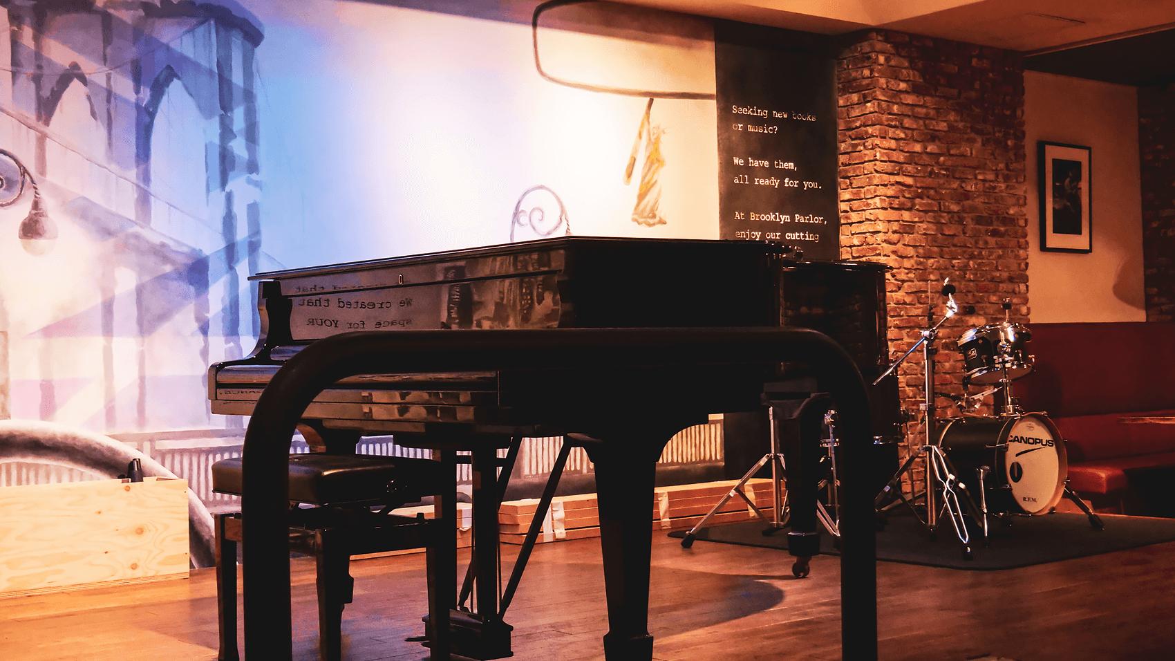 ピアノやドラムが置かれたステージ