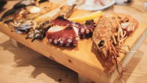 新鮮な魚介料理が楽しめる「活魚料理と魚串 ほそみ」で昼ごはん