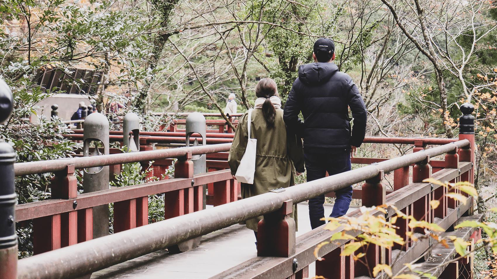 橋を渡る恋人