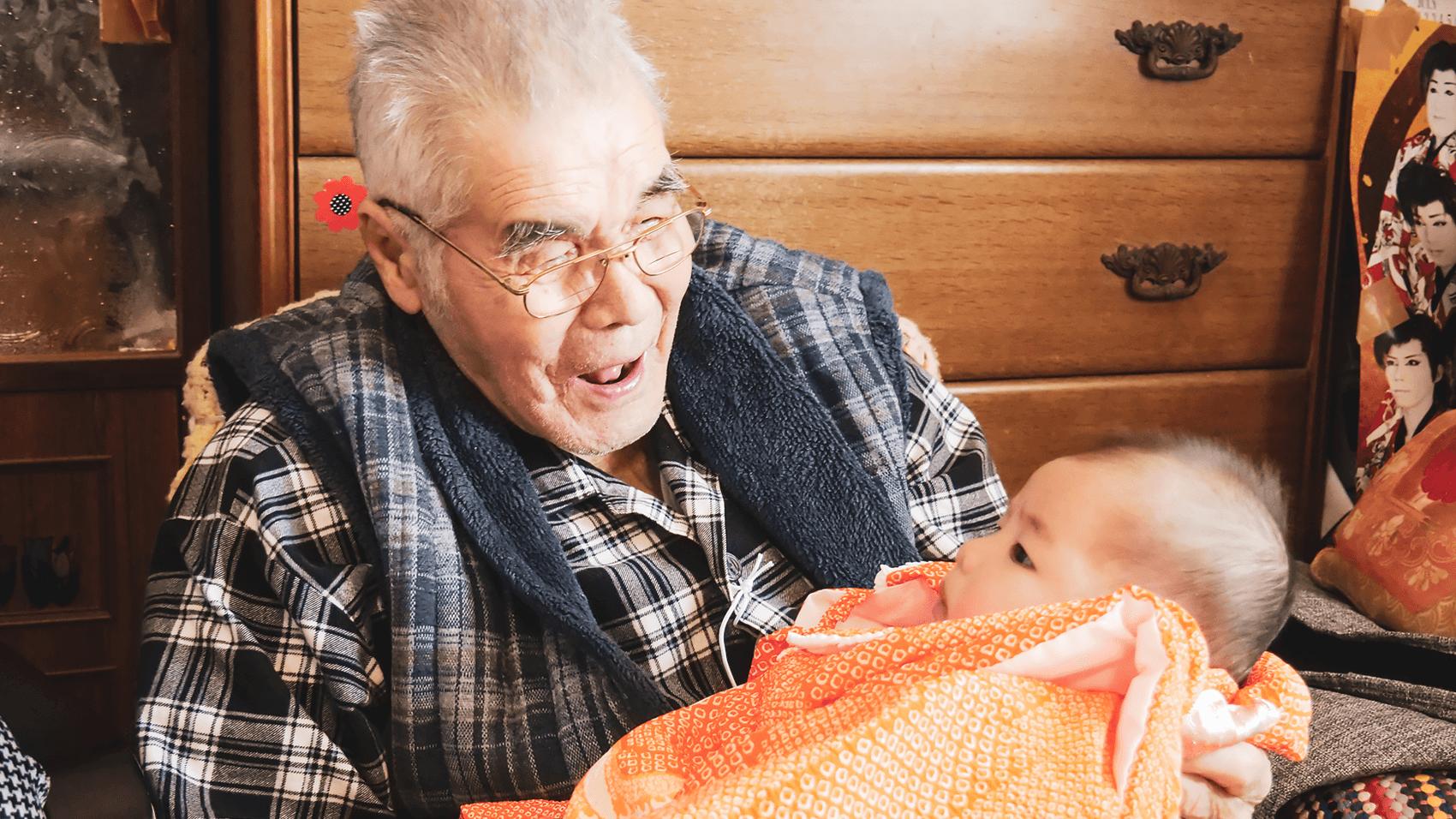 ひ孫をあやすおじいちゃん