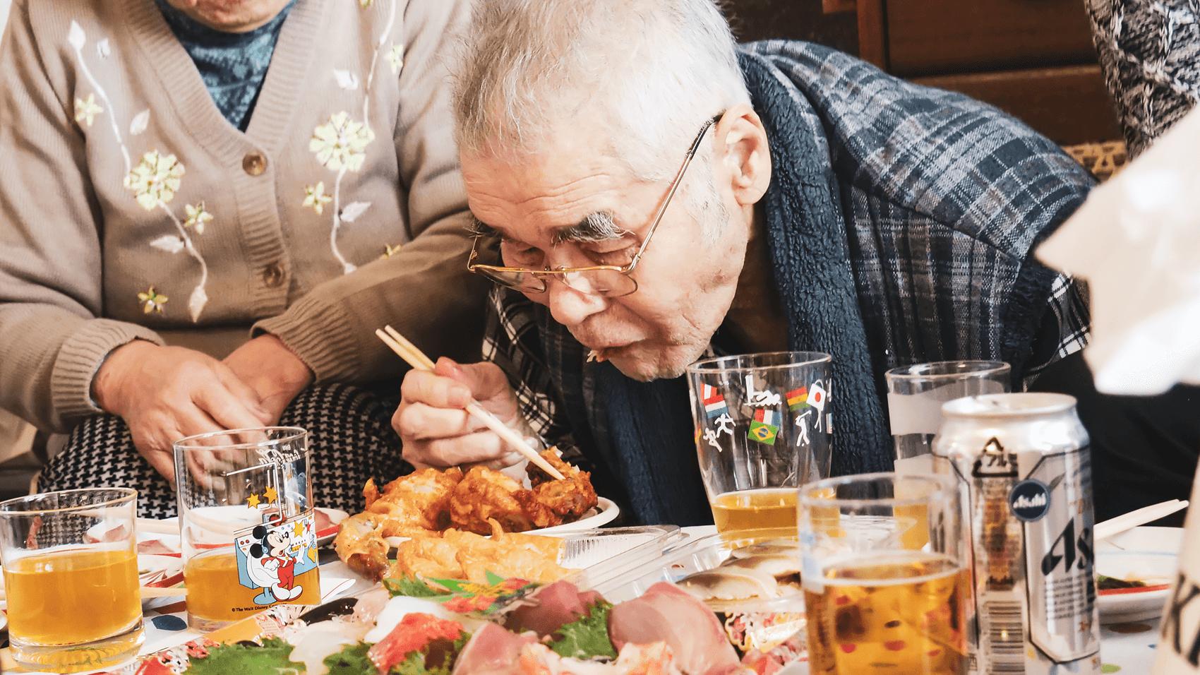 ケンタッキーを食べるおじいちゃん
