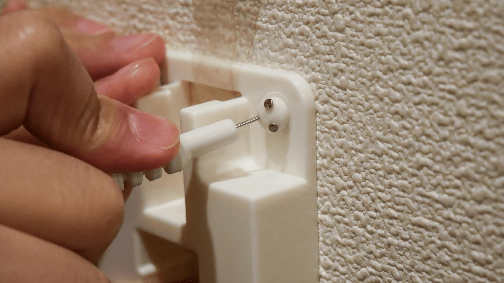 壁にピンを打つ