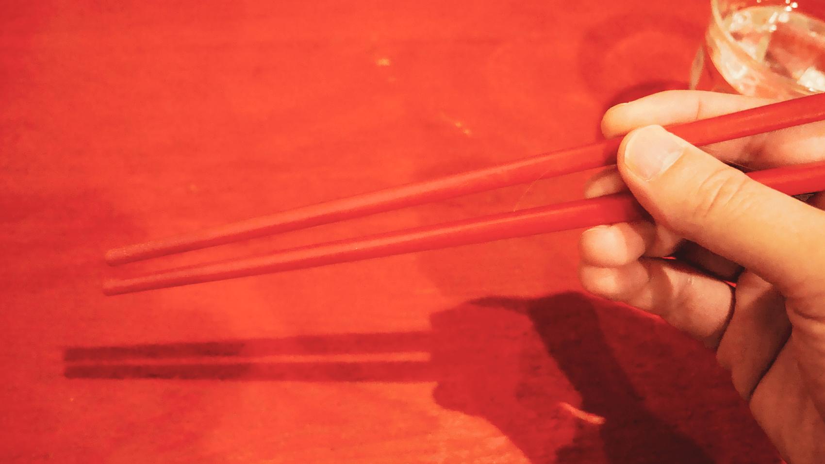 トマトに合わせて赤い箸
