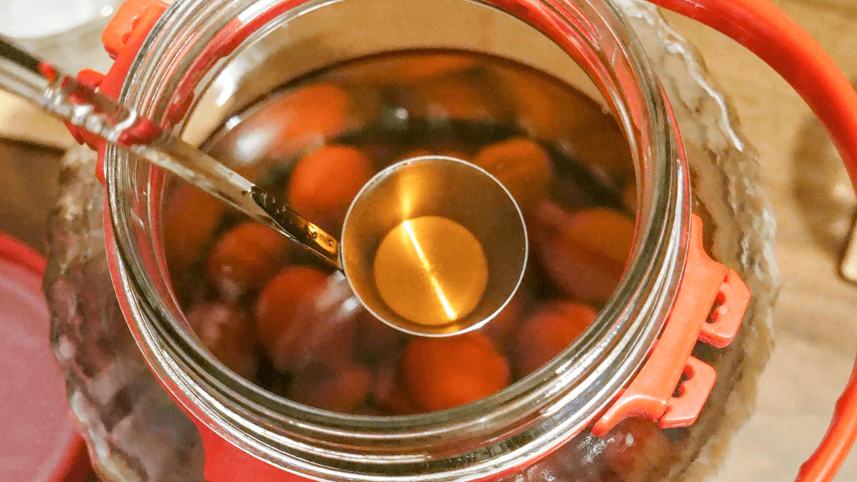 カンロ杓子で梅酒をすくう