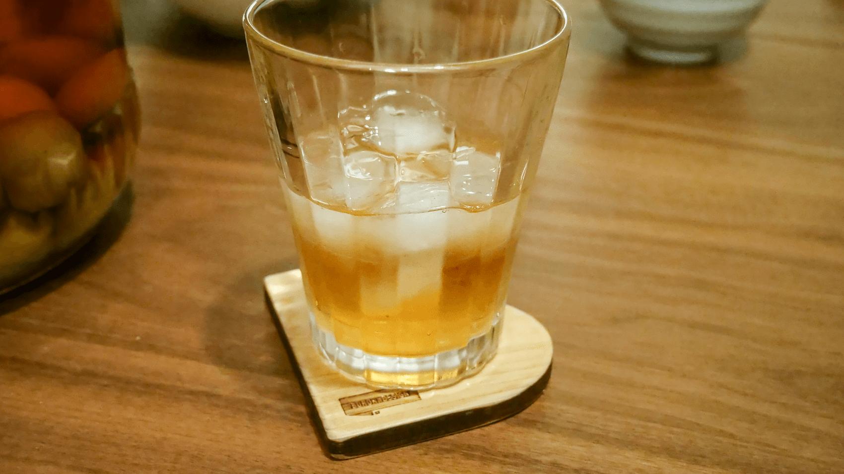 オリジナルコースターの上に置いた梅酒